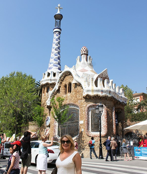 Kerre at the entrance of Park Güell.