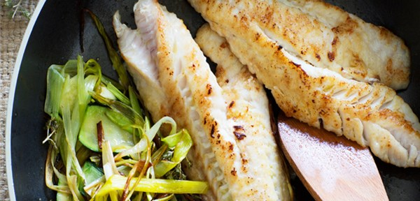 Pan-fried fish with softened leeks