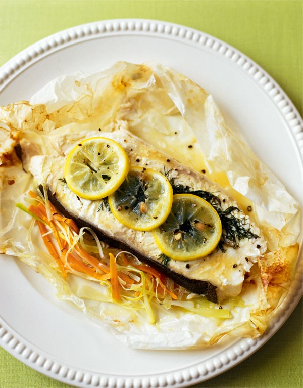 Fish baked in paper with leeks and carrots