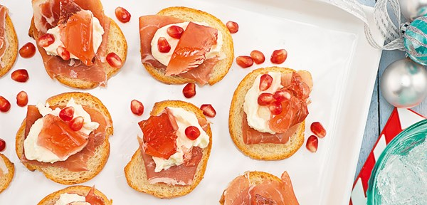 Goat's cheese creme crostini with Cranberry jelly