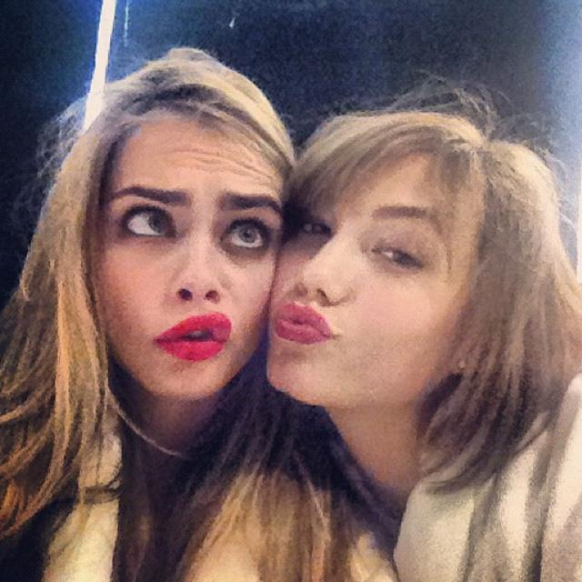 Karlie Kloss is so beautiful that Cara goes cross-eyed. Image: instagram @caradelevingne