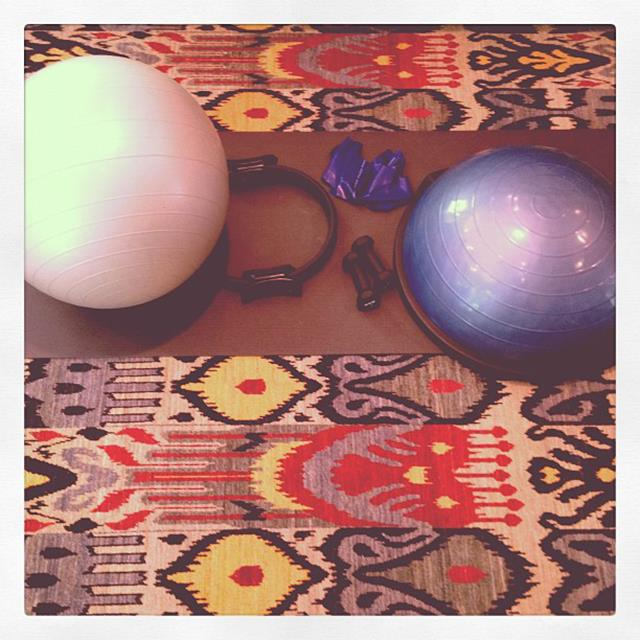 """<p>""""About to start my at home mat pilates! @sshell""""</p> <p><strong>FYI</strong>: The supermodel admits that sometimes she finds it difficult to be motivated but finds once she gets on her workout gear she's ready to go</p>"""