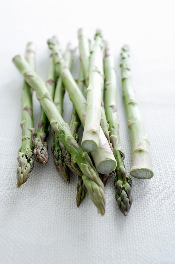 ***Asparagus***<br><br> As a diuretic and prebiotic, asparagus flushes toxins from your system and works to improve nutrient absorption.