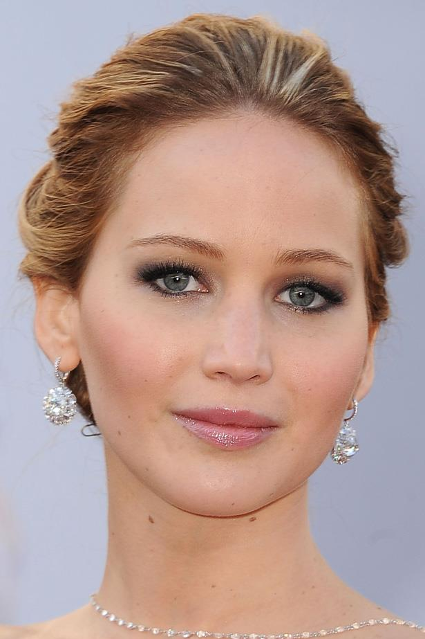 Jennifer looks every inch the leading actress at the 2013 Academy Awards with a soft upsweep, lashings of mascara and a dash of gloss.