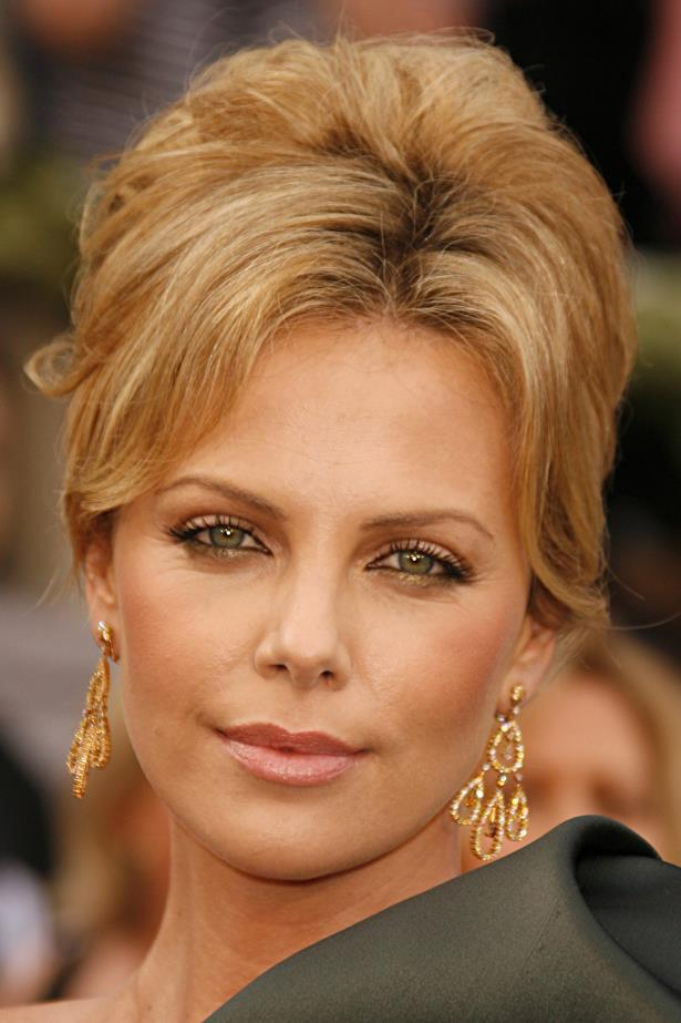 The following year Charlize embraced old Hollywood glamour with a sweeping up-do and soft smoky eyes.