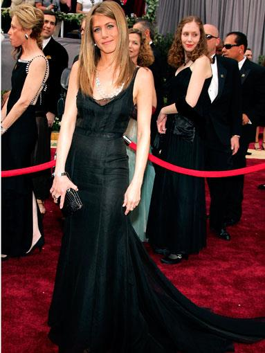 Aniston in trademark classic black at the 2006 Academy Awards
