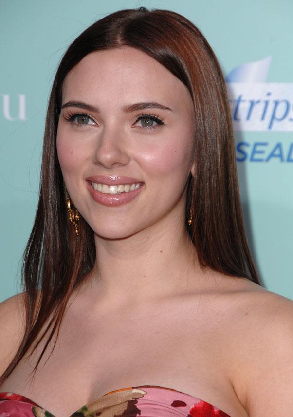 <strong>Scarlett Johansson</strong> <br>Johansson still looks flawless as a brunette...