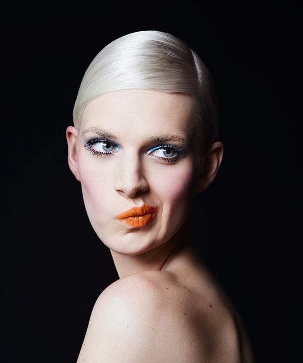 Frame your eyes with <em>Dior Diorshow Iconic Overcurl Mascara</em> in <em>Over Black</em>.