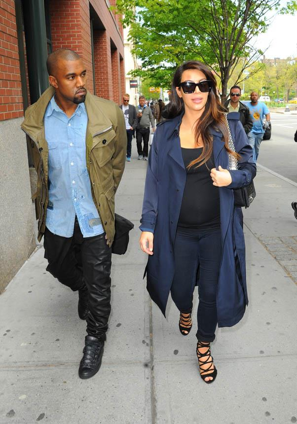 Proving maternity-wear can still look stylish in a blend of black and navy while out in New York on May 6, 2013.