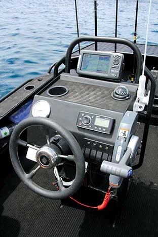 BLACKDOG CAT 4 5 CENTRE CONSOLE 09
