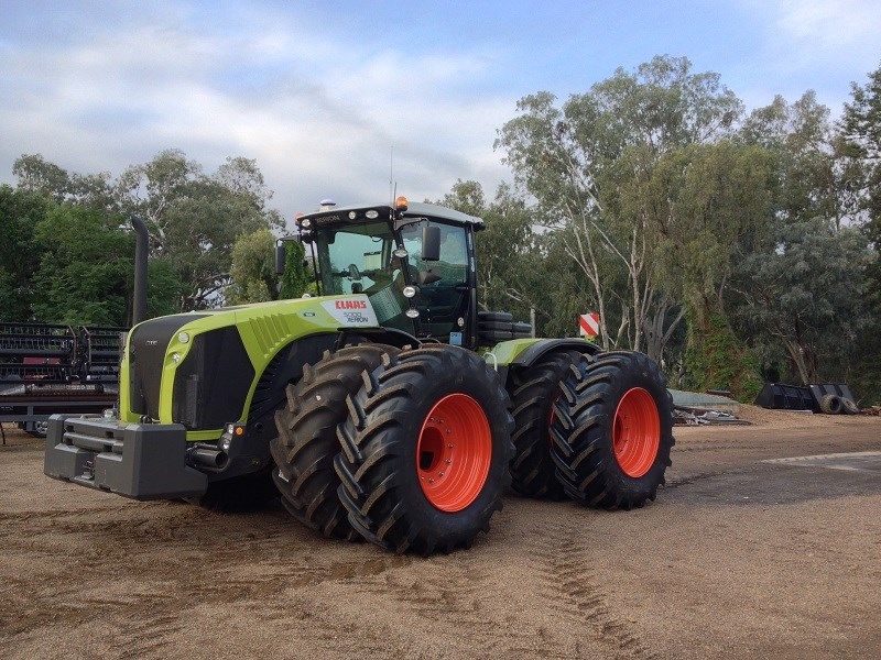 Claas XERION 5000 in dual wheel configuration