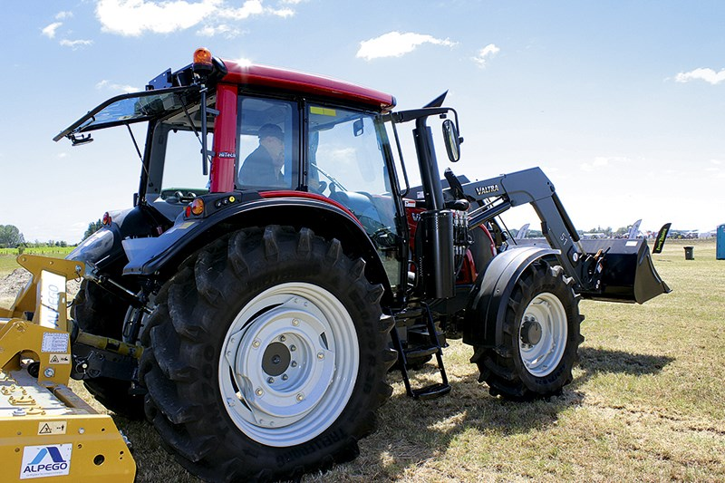 3385 Valtra N113 tractor 2
