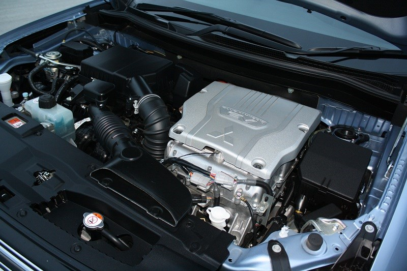 8 Mitsubishi Outlander PHEV engine