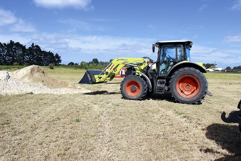 Claas Arion 530 CIS loader work