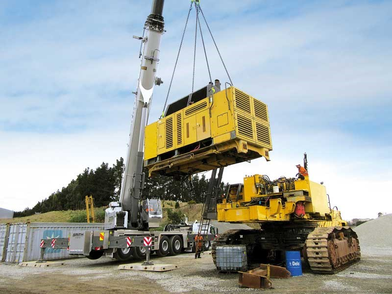 Global Tractors tears down a Komatsu excavator for a US buyer