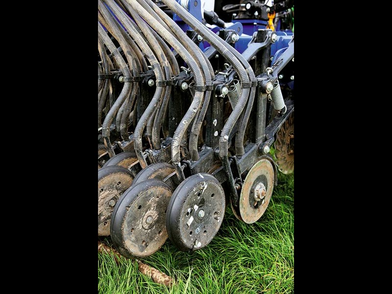 The seeding legs move independently on parallelogram system with press wheels