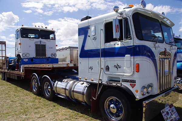 Ian Rudd's 1986 Kenworth K120 gave his other Kenworth — a '78 K121 — a lift to Harden.