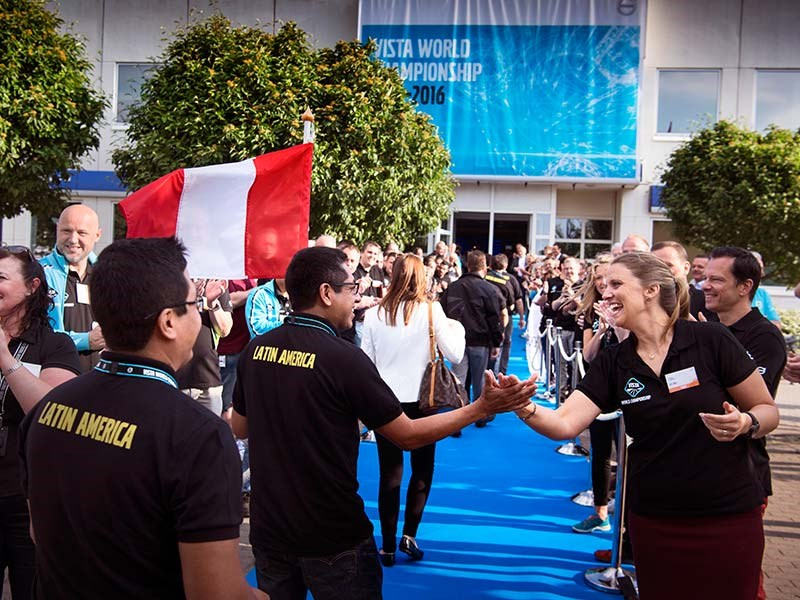 Vista project manager Jessica Lindholm welcomes one of the Latin American teams on the Volvo blue carpet.
