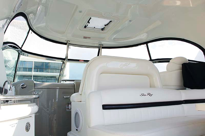 Sea Ray 440 Sport cockpit