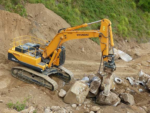 Hyundai R520LC-9 excavator at work