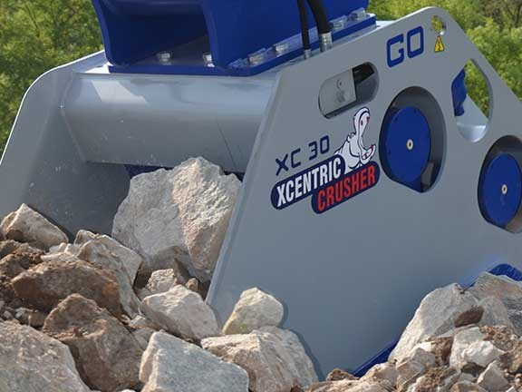 Xcentric crusher bucket