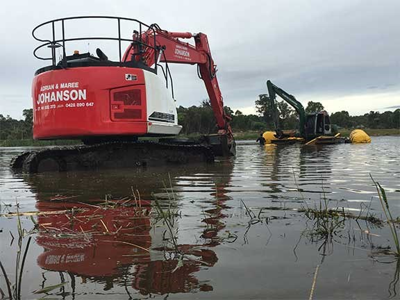 Sumitomo SH235 LCR excavator in water