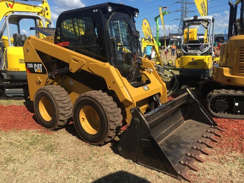 This Cat 236D skid steer loader has a radial lift design and is built for exceptional mid-lift reach and digging performance