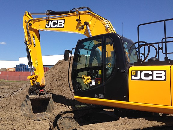 The JCB JS220-LC uses the new EcoMAX T4i/Stage 3B engine, which uses up to 10 percent less fuel than the previous Tier 3 units.