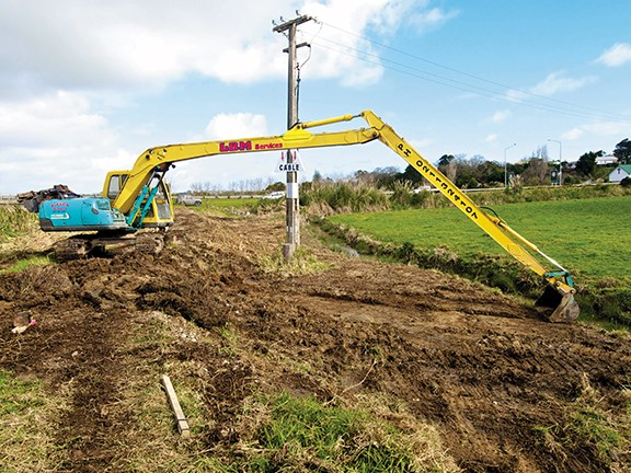 The Kobelco SK100 is happy as Larry with the 15m arm.