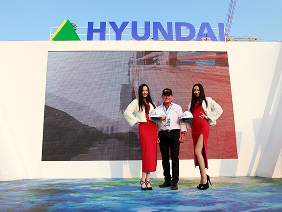 Bauma China 2014: Ron and the Hyundai girls.