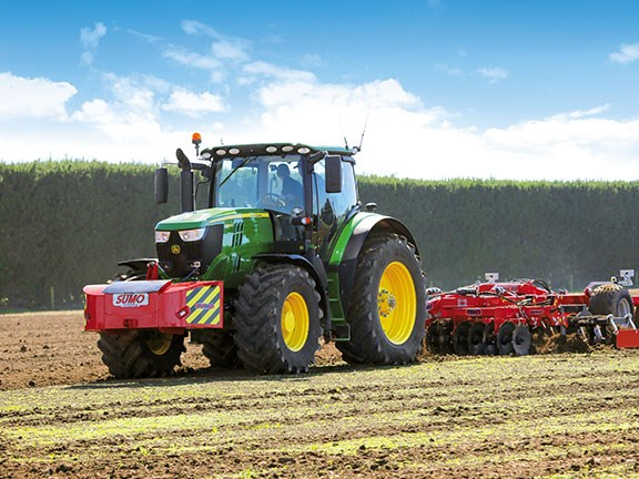 Punching well above its weight, the 175hp John Deere handled the 3.5m Sumo Trio with aplomb