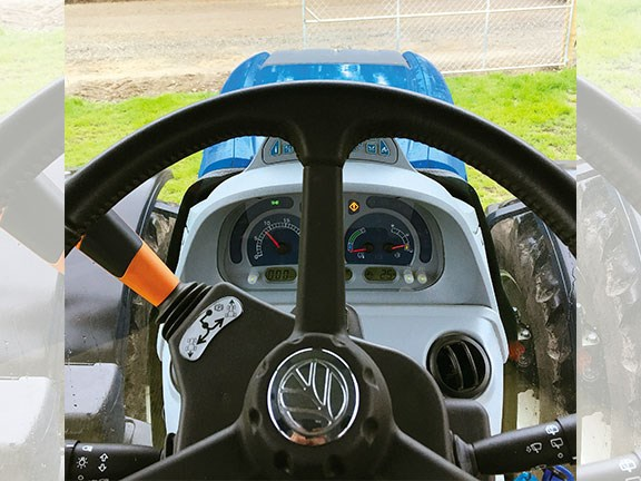 The steering wheel of the T7 .225