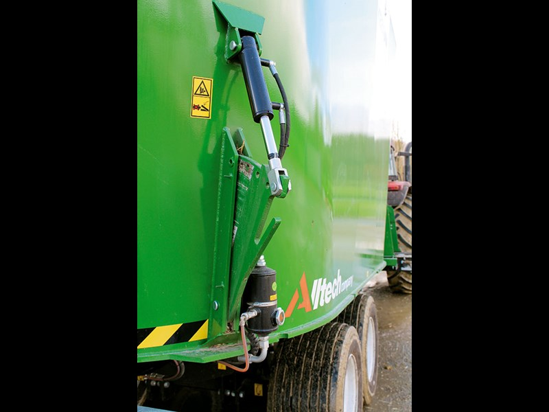 The hydraulic operation of two fins pushes the feed onto auger cutters with smaller loads