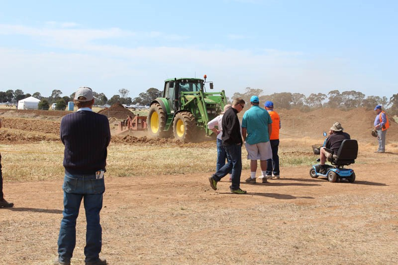 Elmore Field Days 2015 crowd at machine demo