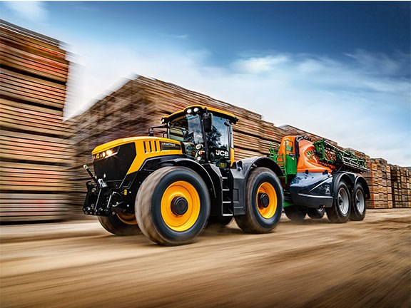Helped by a twin-turbo system, the JCB Fastrac 8330 has a rated speed output of 335hp
