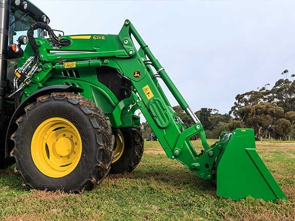 The 623 R self-levelling front-end loader was a great point-scorer for the John  Deere 6105M tractor.