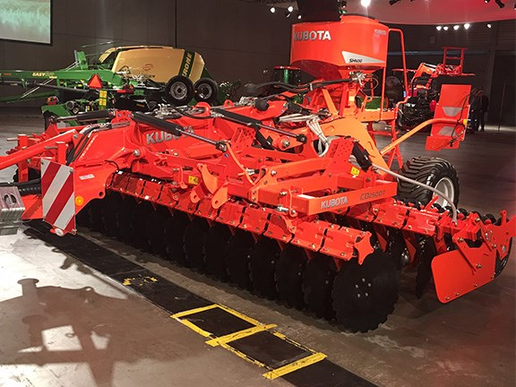 The 5m-wide Kubota CD2500T trailing unit and SH500 seeding unit combo is designed to ensure a rapid implementation of cover crop during stubble operation at minimum costs.