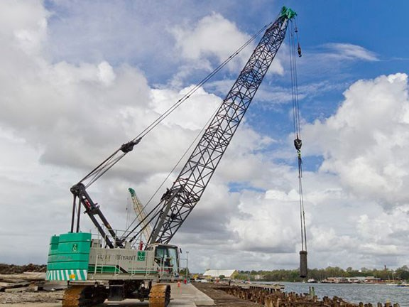 A Hitachi-Sumitomo SCX1000A-3 crawler crane in operation