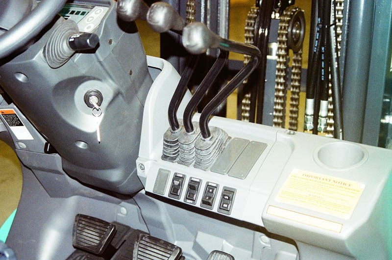 Forklift Control Levers : Forklifts compared electric battery vs lpg gas combustion