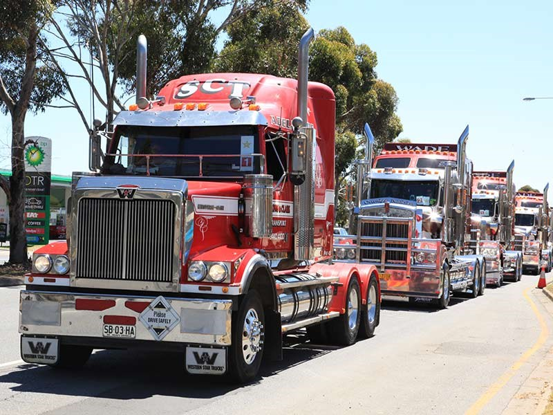 Symons & Clark's Western Star leading a fleet of Wade Trucking Kenworths. Wade's 1998 Kenworth T904 won the Best Truck 10 years and under trophy.