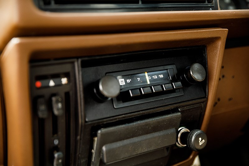 holden commodore vh radio
