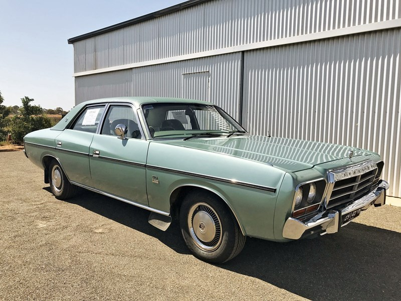 CM Valiant front side right