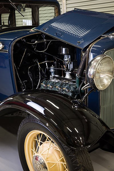 Ford V8 1932 engine bay