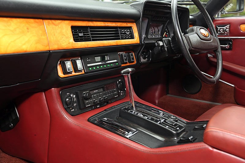 Jaguar XJS interior dash 2