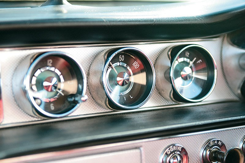 Classic analogue gauges in the P1800's stylish dash