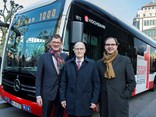 The first eCitaro was handed over to (centre) Henrik Falk, chairman of the board at Hamburger Hochbahn AG, in the presence of (right) Dr. Peter Tschentscher, Mayor of Hamburg, by head of Daimler Buses Till Oberwörder (left).