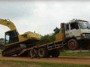 Video: How not to unload an excavator