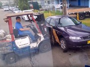 Video: Idiots moving parked car with forklift