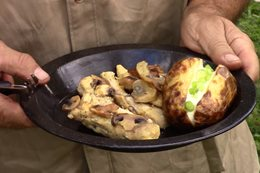 Bush cooking with Roothy: Fire-cooked chicken with mushroom