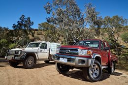 Mercedes-Benz G300 vs Toyota LandCruiser 79